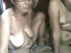 FILIPINA babcia i jej wnuczka, pokazując na aparat
