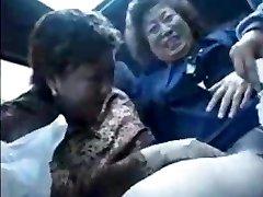 Babcia azjaci w autobusie