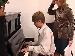 nauczyciel gry na fortepianie dominuje jej uczennica