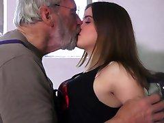 Sehr süsse 18 lockig teenie Glückseligkeit oldman in 69
