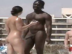 caliente nudista hombre negro caliente en la playa