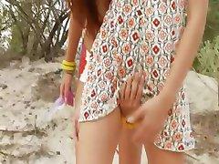 danés adolescentes jugando en la playa