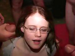 teengirl bekommt einige Gesichtsbehandlungen