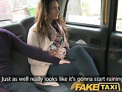 FakeTaxi Pareja follar en la parte de atrás del taxi