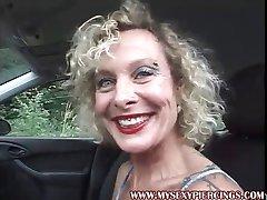 MILF s preboden muco in bradavičke masturbira v avtu