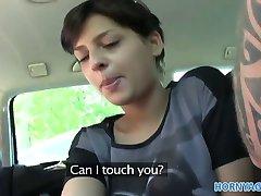 HornyAgent Caliente de pelo corto morena follada en un coche