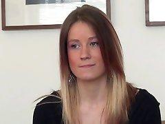 Una linda chica húngara con ajuste apretado cuerpo hace un casting