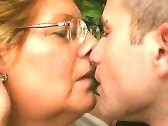 Pullea Mummo Rakastaa Nuorempi Kukko