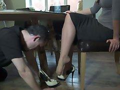 Поклонение Ног Под Столом