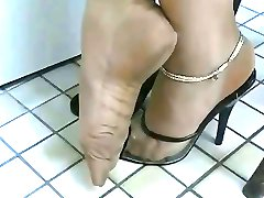 SEXY TOES IN NYLONS