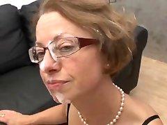 MILF med glasögon blir knullad hårt
