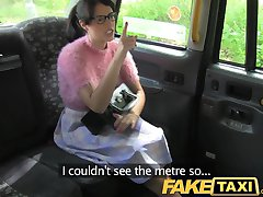 FakeTaxi Brunett med glasögon som betalar priset för att vara oförskämd
