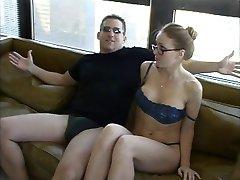 Nydelig jente i glass og undertøy blir knullet og facialized på en sofa