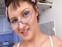 Flicka med glasögon vill ha lite kuk
