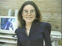 flickan i glasögon sprida hennes fitta och masaging bröst på biljardbord