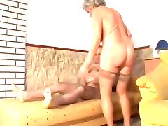 bestemor med slaggy pupper går anal