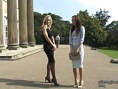 Θαυμάζω αυτά τα δύο κομψό σέξι babes με τα όμορφα ψηλοτάκουνα παπούτσια