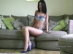 Όμορφη κοπέλα με σέξι πόδια σκληραίνει το φετίχ με τα εσώρουχα και τα ψηλά τακούνια