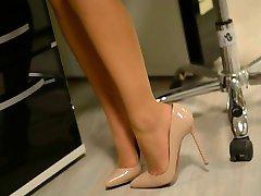 Skjørtet:slem sekretær i høye hæler & strømpebukse