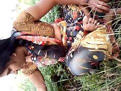Südindischen Nettes Tantchen die Titten , die Muschi im Garten