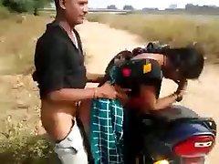 Desi Bhabhi Giving Blowjob & Gefickt Doggy auf dem Fahrrad im Freien