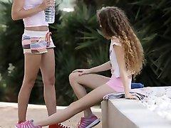 Zwei sehr enge teen Mädchen intime Lesben sex im freien