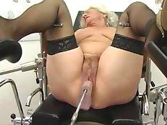 Bestemor Norma Fungerer ut på en Sex-Maskin