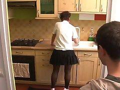 ragazza visitare la mamma in cucina