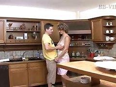 ragazza scopa matura caldo mamma in cucina