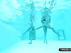 Biquini banhos de sol adolescentes lésbicas piscina trio jogar