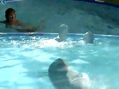 Lesbiche in piscina