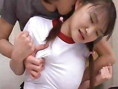 亚洲的青少年是无辜被打破