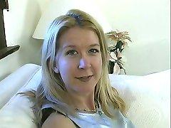 Blonde ludder med flatskjerm brystet blir hennes saftige barberte fitte knullet av stud innendørs