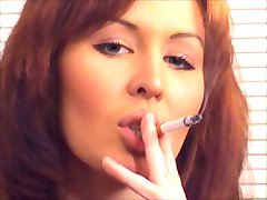 frumoasa roșcată fumat și nenorocit