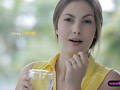 Bella ragazza in abito giallo striscia fuori poi avvitato duro