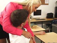 Nauczycielka blondynka Алура Jensen cieszy napalone uczeń Bruce ' a