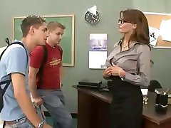Nauczycielka busty brunetka pieprzy i ssie jej dwóch studentów w trójkę