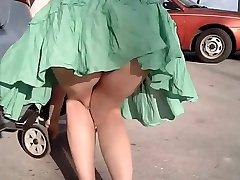 El aire le levanta su vestido good nalgas