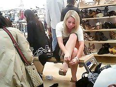 upskirt av en søt jente sitter i en skobutikk