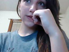 zelo lepo dekle, ki kažejo, pusy na webcam