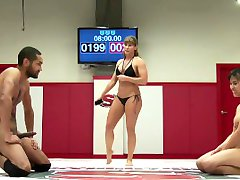 Mia Li Vs Mickey Mod em um misto de wrestling sessão