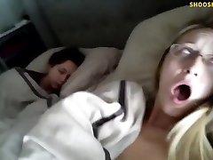 Tak, to jest jej prawdziwa siostra śpi obok niej