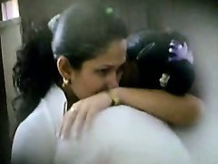 Due cute latina studentesse catturato baci e carezze, da un guardone