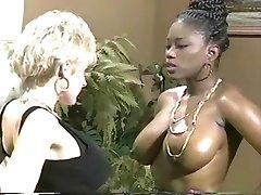 Ebony Ayes & Danni Ashe Ga Borsten-2-Borsten