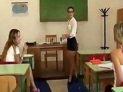 Lesbietė mokytoja baudžia moksleivės
