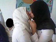 nekustamā musulmaņu sievietēm