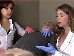 Kvinnliga läkare förödmjuka tonåring dildo