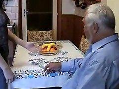 Väga vana paks mees kasutamine noor neiu väga raske