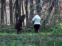 kaksi naista pissalle ulkona julkinen
