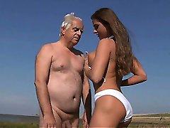 Большие сиськи подросток трахает Олдман на пляже